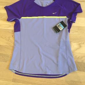 Nike, trænings t-shirt, str M. I lilla. Aldrig brugt.