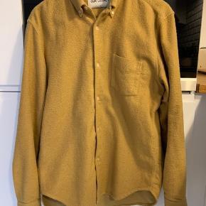 Jeg sælger denne lækre skjorte i tyk flannel kvalitet, da den ikke bliver brugt nok. Skjorte. Fremstår som ny og super behagelig at have på. Fed farve og lækkert råt look. Kom med et bud.