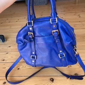Håndtaske fra Michael Kors med tilhørende pung. Der medfølger en lang læderstrop, som kan justeres.  Er næsten ikke brugt og ser derfor ny ud.  Ny pris: ca. 3.000 kr.