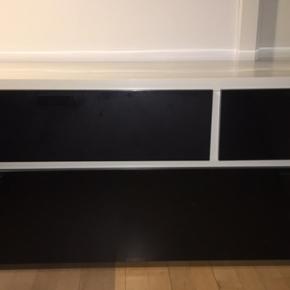 Flot skænk men små usynlige brugsridser. Perfekt som opbevaring eller tv-bord men også som siddeplads med en hynde på! Måler 50cm i højden, 40cm i dybden og 120cm i bredden.  Selvhent