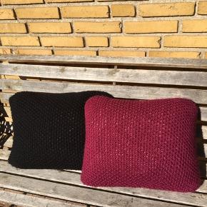 2 Håndstrikkede  ( perlestrik ) Puder  Aldrig brugt ( helt nye puder ) 40 X 50 cm  45 % uld. / 55 % acryl 75 kr pr stk  4 Brugte puder  BYD :  4 pudebetræk incl puder