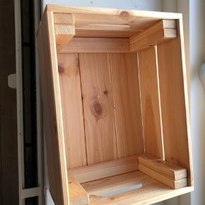 Sælger denne mega fede træ kasse fra Ikea. Den er i helt fin stand. Der er dog nogle få tegn på slid under kassen som kan ses på billederne😇. Skriv gerne hvis du er intra. Prisen er uden fragt. KøᗷEᖇ ᗷETᗩᒪEᖇ ᖴᖇᗩGT