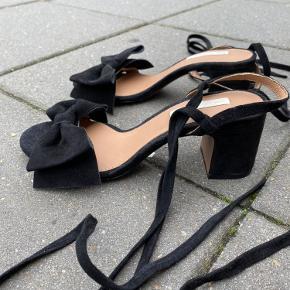 H&M læder sandaler med sløjfe, skal bindes rundt om anklen. Aldrig brugt, kun prøvet på herhjemme. Prisen er fast og køber betaler fragt. Tager ikke retur.