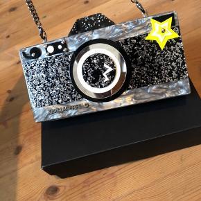 """Fed fed taske fra Karl Lagerfeld. Den er hård udenpå med plads mobil, kortholder og lidt make up. Den perfekte """"gå i byen- taske"""". Kom gerne med et bud.  Ps. Køber betaler fragt."""