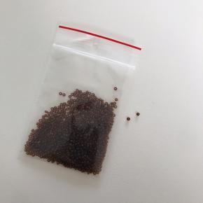Seed beads, 10 gram. Se også mine andre annoncer med perler. Fire poser for 75kr