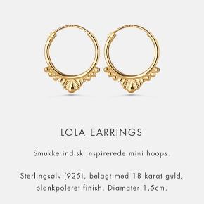 """Sælger disse fine LOLA øreringe fra Maanesten. Det er 18 k forgyldt sølv og de er i fin stand selvom de er brugt. Dog er der lidt irret ved den ene """"stang"""" til øreret og de er lidt bukkede i stangen, hvilket ikke kan undgås. ✨"""