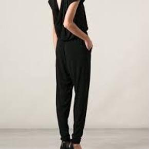 Smuk smuk jumpsuit str L fra Malene Birger.  Har den fineste detalje på ryggen. Brugt få gange så er helt som ny! OBS!! MIN ER GRÅ!! Bytter desværre ikke..
