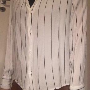 Fin skjortebluse fra Bershka. Brugt en del, men uden tegn på slid. Str. M. 45 cm i inder armlængde.  Prisen er eksklusiv fragt