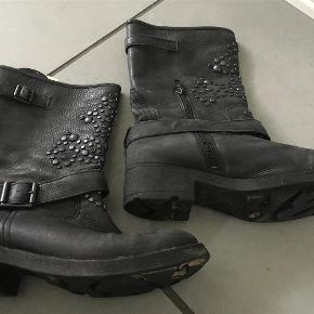 B&Co sort biker støvle med spænder og nitter