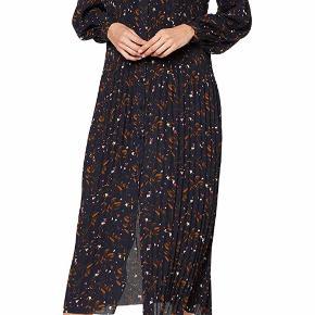 Smuk lang kjole fra Selected.  Den er som ny ⭐️