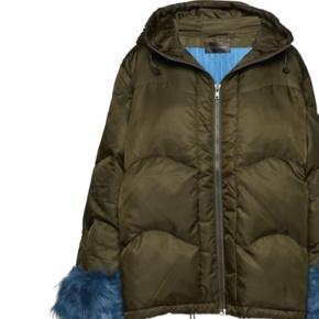 Den fine Stine Goya sælges aldrig brugt , pelsen på ærmet kan knappes af , jakken har dun fyld .