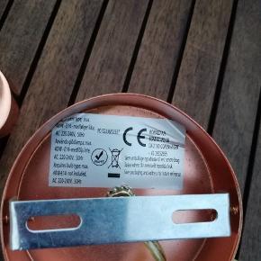 Super flotte væglamper i kobber. Fremstår uden brugsspor og mangler. Det er IKKE Frandsen lamper ( se bagsiden ). 250 kr pr stk eller 370 kr for begge to. Levering tilbydes