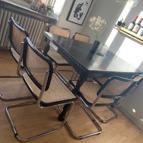 6 Super flotte og populære frisvinger stole med sort ramme.  Prisen er 1000 kr. pr. Stol. Der er 2 stole med kosmetiske fejl i flettet (se billeder)- derfor sælges de lidt billigere end de andre.  Sælges samlet og prisen er fast.