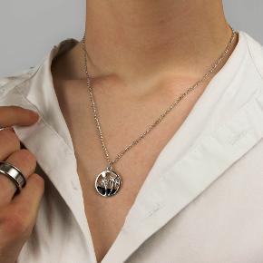 Sælger disse flotte halskæder. De er helt nye og kommer i en lille gennemsigtig pose. De er lavet af rustfrit stål og af fin kvalitet.  Har 2 forskellige modeller på lager.  Prisen lyder på 120kr og så sørger jeg for fragten.