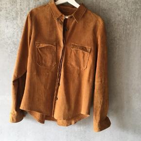 Super cool skjorte i ægte ruskind fra Zara. Den ene brystlomme er gået lidt op og skal derfor lige have et par sting (skriv endelig for flere billeder), men ellers er skjorten i fin stand. Mindstepris: 250 kr🌸🌸