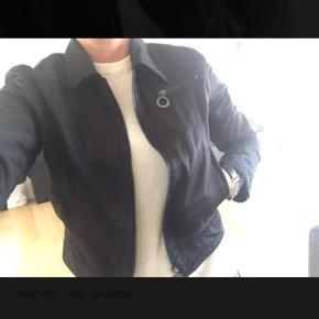 Varetype: Lækker kort jakke med logo på lynlås Størrelse: M/L Farve: Sort Oprindelig købspris: 1900 kr.  Skøn jakke - str L men ikke stor - mål : bryst 102 cm , længde 54 cm indv ærme 50 cm