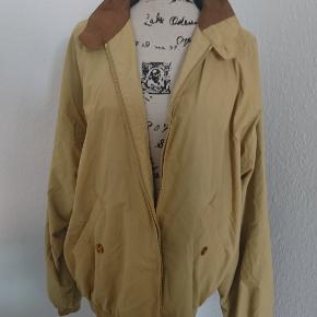 Retro jakke fra mærket Joker Collection. Ruskind i kraven og to inderlommer.