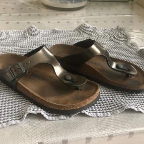 FINESTE sandaler med lidt brugsspor indvendig og hist og pist - INGEN slid  Mærke: BIRKENSTOCK Str.: 37 Farve: Lidt skindende olivengrøn Indvendig mål: 23 cm fra storetå til hæl  BYTTER IKKE - ved ts-handel betaler køber ts-gebyret