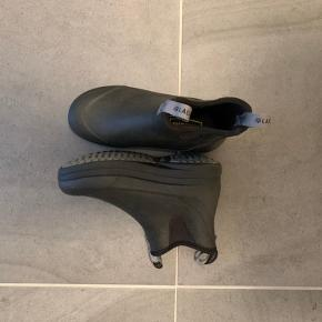 Super lækre gummistøvler, de er kun brugt en gang, de sælges da jeg ikke får dem brugt. Kom meget gerne med et bud 💜