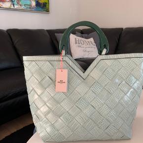 Super flot taske fra Beck Søndergaard kan bruges som shopper, strandtasken, weekendtaske.🤍