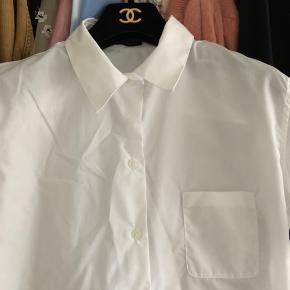Fineste basis skjorte fra Chanel - har været båret af Chanels personale i deres stores, hvorfor skjorten ikke har været en del af Chanels kollektionssalg. Skjorten har lidt brugsspor bagpå det ene ærme (se billede 3), ellers i god stand. Fransk størrelse 40 - passer en dansk størrelse 36/38 bedst. Sælges til kun 400kr afhentet eller plus 33kr i DAO porto.
