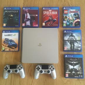 Sølv PlayStation 4 (Slim)500 GB 2 controllers   Medfølgende spil:  Injustice 2  W2C 6  Hitman 2  Spider-Man LEGO: Avengers  Sniper 3  Batman Arkham Knight