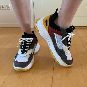 Lækkre og helt nye sko fra Calvin Klein der aldrig er blevet brugt. Skriv endelig ved interesse