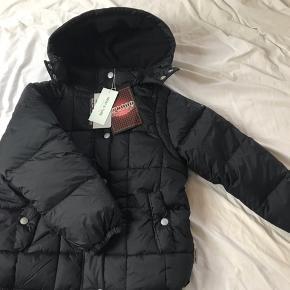 Ny vinterjakke fra Mini A Ture, som min søn ikke fik brugt - rigtig lækker. Ærmerne kan lynes af, så den også kan bruges som vest. Ny med mærke, str 134.   Mp 500pp