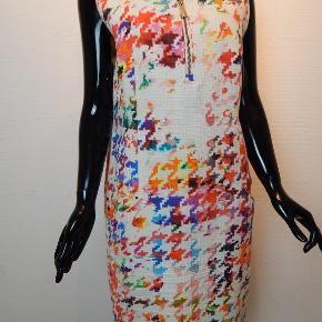 Carla du Nord kjole 44, hvid med multifarvet pixel print, taljeret, bomuld, foret, gyldne lynlåse, rigtig pæn stand. Mål: Bryst 110 cm, liv 104 cm, lgd 95 cm