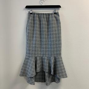 OBS! Privatbeskeder og kommentarer besvares ikke.  Super flot gråternet nederdel fra 2ND ONE i str. S. Måler til midt skinnebenet med flot peplum-effekt i bunden.