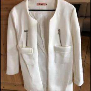 Hvid helle annemann jakke/frakke. Den er kun brugt få gange. Str M. Købspris 500kr