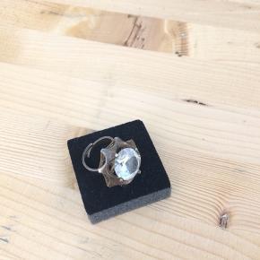 Flot sæt i sølv med kæmpe sten. Arvet fra min mormor. Ingen fejl el slitage. Original kæde 48cm. Ringen passer alle.