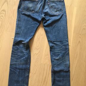 Rigtig fede Levi's Denim Jeans i størrelse 30/32 med rips på knæene. Har ikke brugt dem særlig meget, så de er stadig i rigtig flot stand.  Nypris 800,-