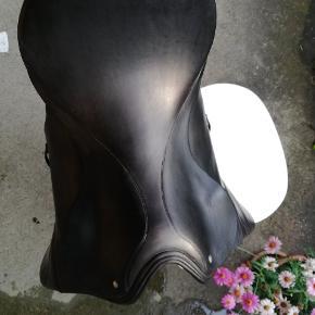 """Super dejlig sort sadel fra Passier. Str 17"""". ll. Baum. Brugt til lidt spring og dressur. Jeg har haft sadlen i mange år, men har kun brugt den lidt i starten. Velholdt. Pæne gjordstropper."""