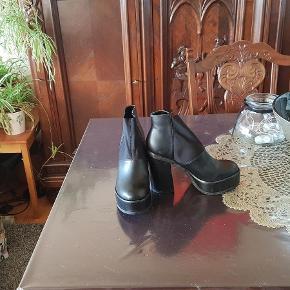 Varetype: plateau støvler Farve: Sort  Sælger disse flotte korte støvler.        Støvlerne har elastik foran.                Bytter ikke respekter dette-