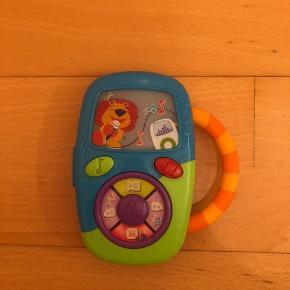 Super telefon som er brugt, men stadig fungerer rigtig gost. Telefonen har både lyd, musik og lys i. Fantastisk til at stimulere det lille barn, og der er mange timers god underholdning i den fine telefon! Ud fra min søns begejstring for den vil jeg sige at det er et must have for alle små børn. Fra dyrefrit, røgfrit og dyrefrit hjem.