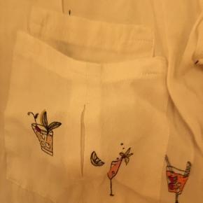 Super fin skjorte fra Zara med små drinks på og guldknapper.