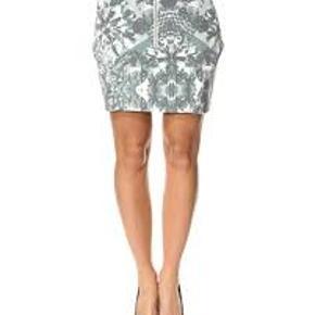 Smuk nederdel fra Designers Remix. Aldrig brugt med prisskilt stadig i. Der er lynlås foran.  Købsprisen var 1200kr  Køber betaler porto  Prisen er sat lavt, så bud under svares ikke.