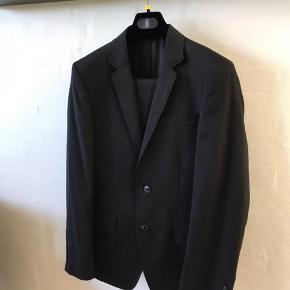 Super lækkert jakkesæt i rigtig fin stand og god kvalitet. Sælges da det bare hænger i skabet. Har også vest, slips, butterfly og skjorter til salg på min profil.