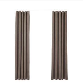 Fine velour gardiner fra &drape. Kun hængt i ca. 6 mdr - sælges da måtte flytte og de passer ikke i det nye hus. ☺️  Pris Inkl. Hvid Skinne til ophæng og beslag.   Mål // 📏 Gardinbredde: To gardiner, der tilsammen dækker en skinne på 219 cm (2 x 1,5 bredder) Stikkesting, bundsøm. Gardinhøjde: 275 cm  Skinnelængde: 219 cm. Hvid diskret vægskinne med lige ender. 9 cm. beslag.  Sender gerne, porto ca. 200,- med GLS da pakken er lang med skinnen. 💌  Foto: carlasofiemolge