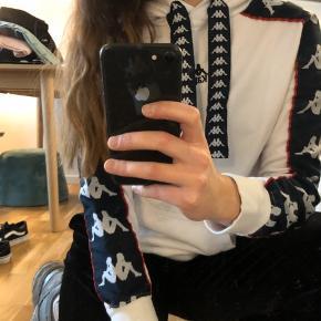 Fedeste hoodie fra Kappa med fede detaljer 💙 Trøjen er str. XS, men jeg er en S og passer den helt fint 🌿 Brugt meget få gange og har ingen tegn på slid 🥳