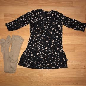 Flot kjole fra Minymo str. 98/3 år. Kjolen er lavet af viskose på ydersiden og bomuld på indersiden. Der medfølger et par matchende strømpebukser fra Mala str. 3 år. Kjolen skal stryges.