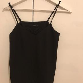 Sælger denne meget basic top i farven sort med blonde detalje som kan ses på billedet.  Aldrig brugt!