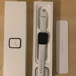 Apple Watch Series 4 white Stainless Steel 44 mm   Perfekt stand   Alt følger med fra opladeren til boks