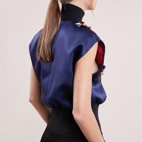Varetype: top Farve: Mørkeblå/Sort Oprindelig købspris: 3195 kr. Prisen angivet er inklusiv forsendelse.  Modellen hedder Raimala;)
