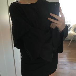 Super cool strik med store ærmer fra Zara.  Aldrig brugt.  Skriv for mere info eller flere billeder, mængde rabat gives🤍