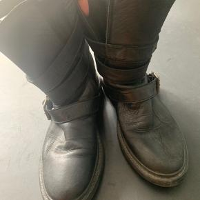 Virkelig lækre Notabene skind støvler. Vidunderlige at have på og fine detaljer. Kan åbnes/udvides i siden med spændene. Brugt men virkelig flot stand.