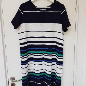 Lækker farverig kjole i behageligt stræk bomuldslignende stof 🌻 guld knapper på skuldrene.