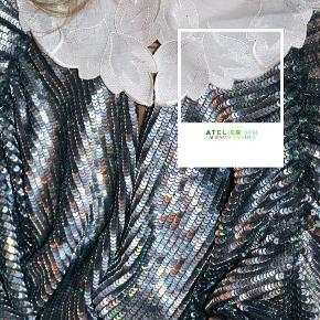 - BENYT 'KØB NU' FUNKTIONEN, VED KØB -  Hvid dekorativ skjortekrave fra danske Maria Newe. Den har rundet hals med hvidt satinbånd øverst, blondekant og diskret hægtelukning. Kan bruges ud over sweatre og bluser.   ○ Mærke: Maria Newe ○ Størrelse: One Size - Længde, foran: 12 centimeter - Længde, bagpå: 5,5 centimeter - Bredde: 37 centimeter ○ Stand: Super fin stand ○ Fejl/Mangler: Ikke umiddelbart ○ Materiale: Ukendt - intet indvendigt mærke