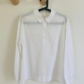 Kort skjorte af 100% bomuld. Den er crispy skjorte-agtig foran, men blød jersey bagpå.